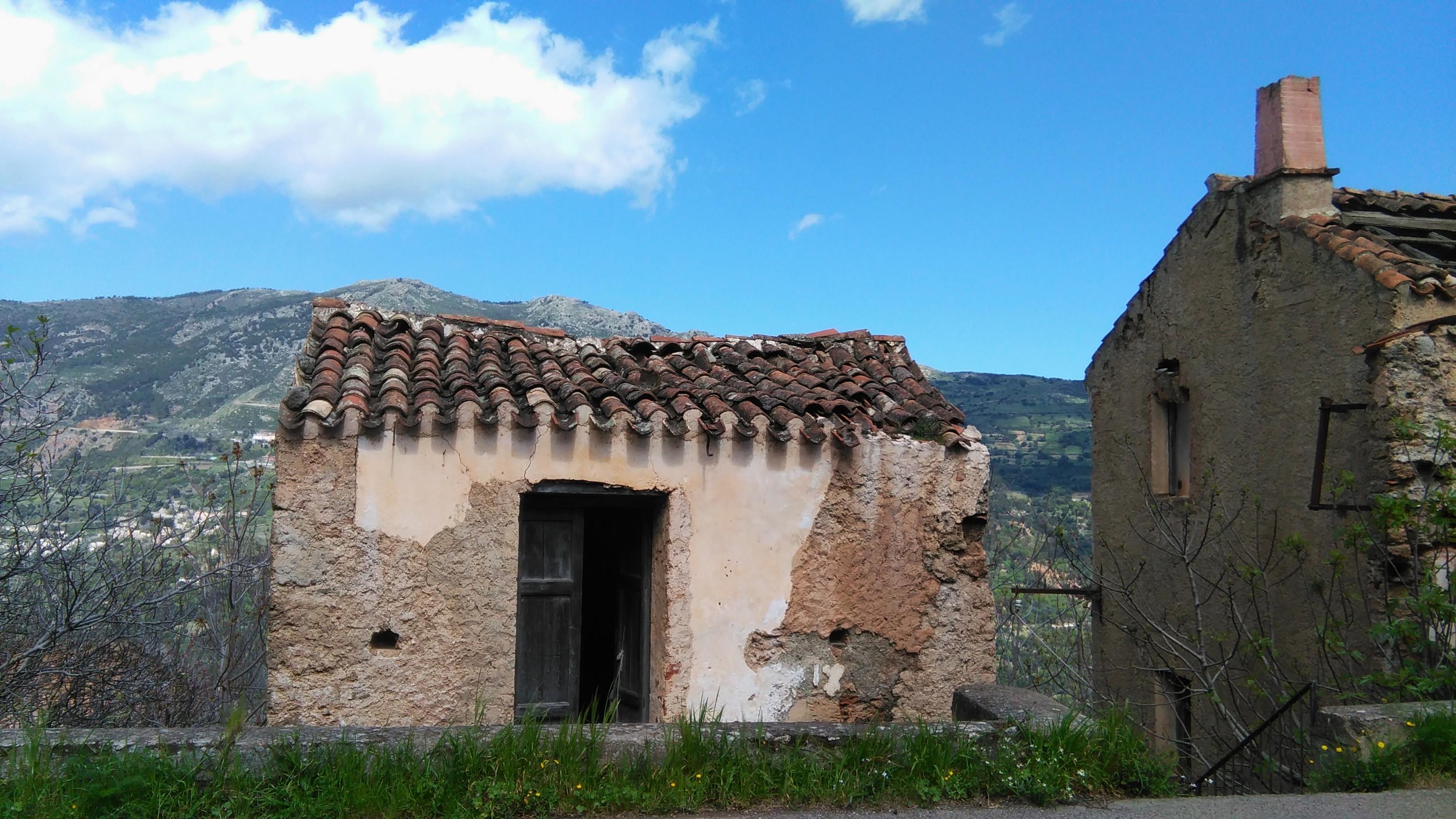 The day after il fantasma di osini vecchio sardinia for Fantasmi nelle case